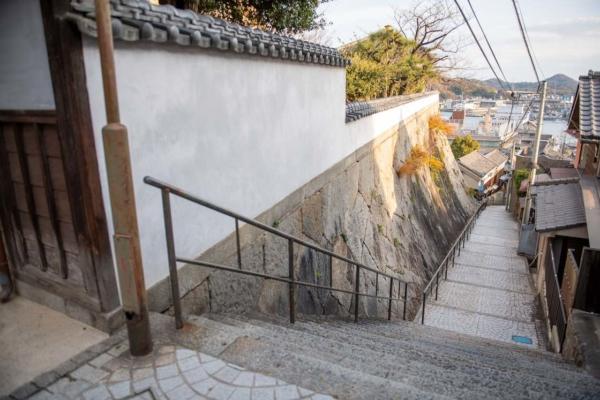 LOGへ通じる石段の道