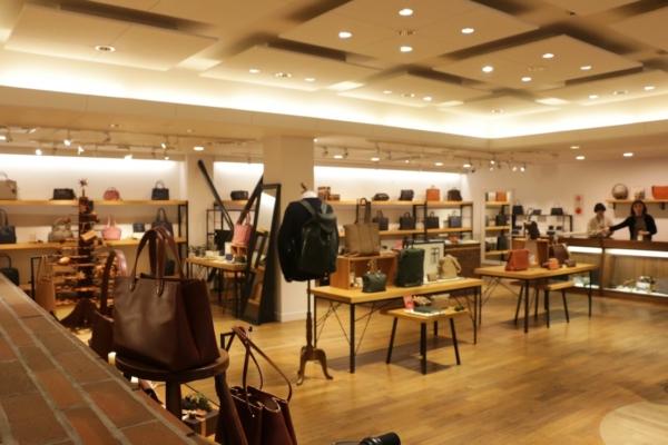 """西新井本店の店内にはたくさんの""""大人向けの鞄""""が並んでいた"""