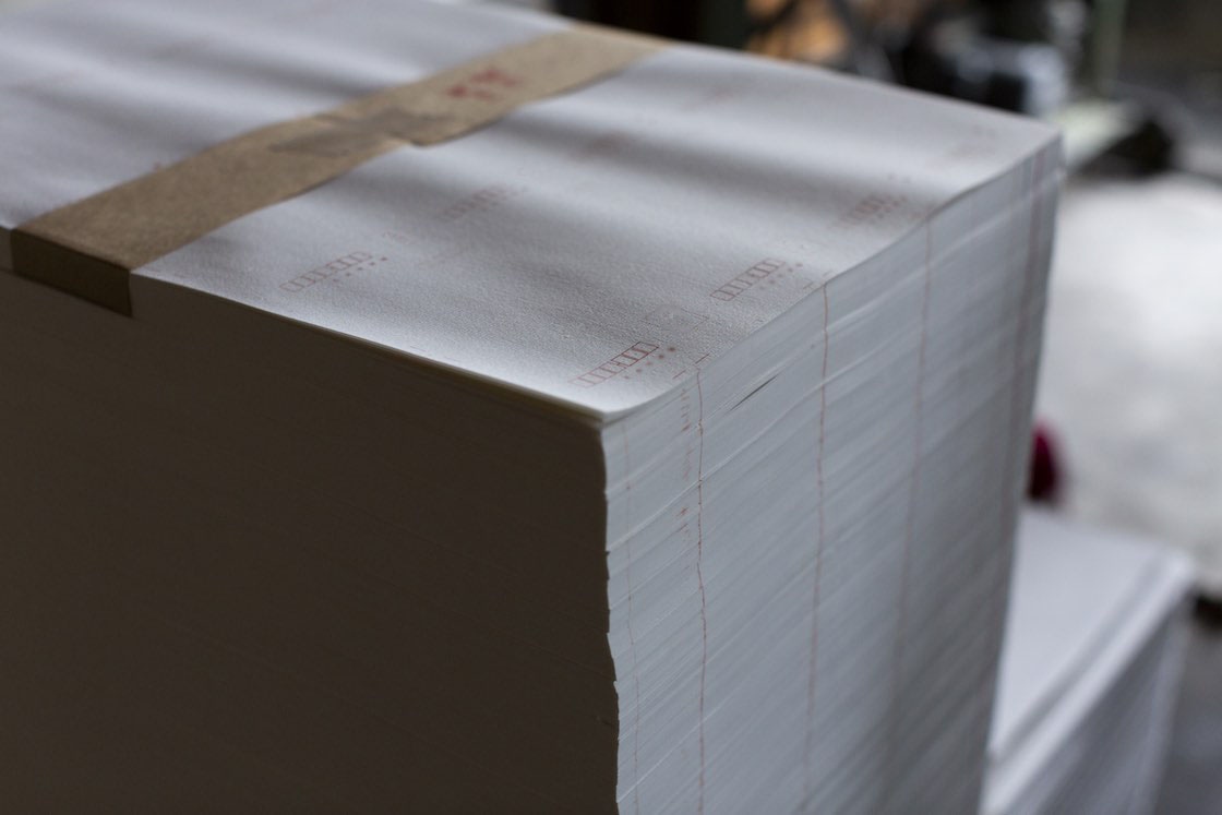 和紙の封筒や葉書は人気商品の一つ。オリジナルのデザインにも対応しています