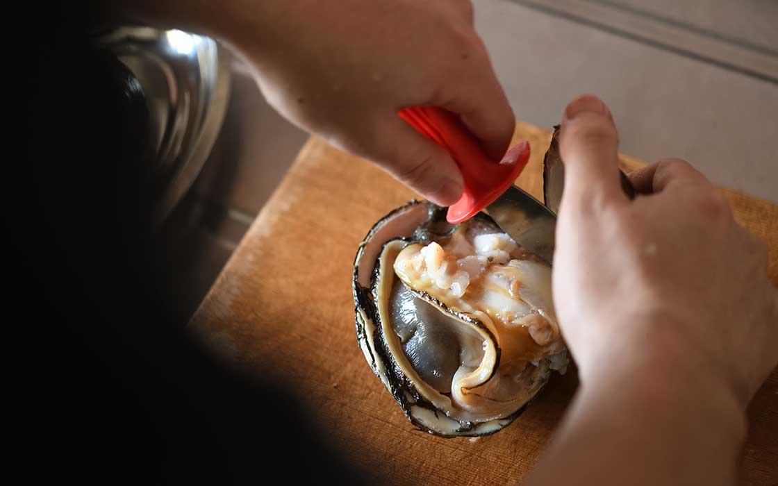 ホッキ貝を剥いているところ