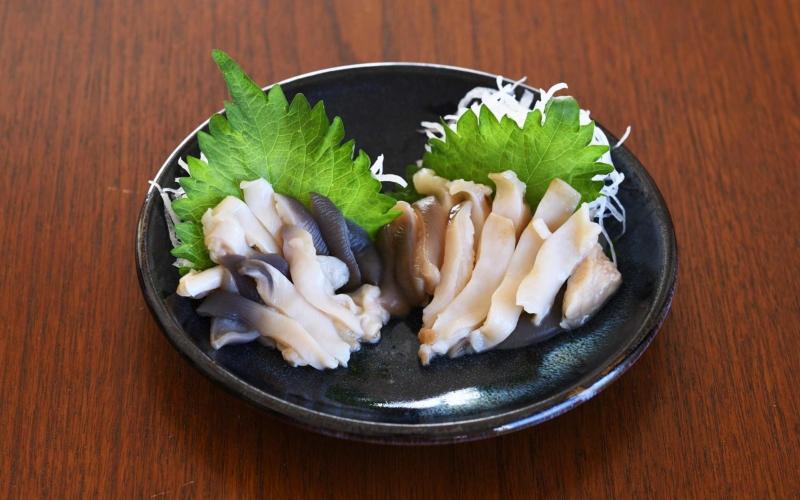 ホッキ貝の刺身をうつわに盛り付ける