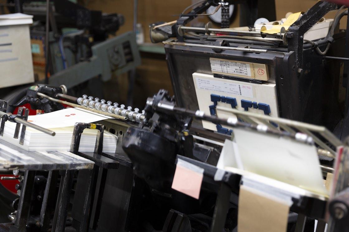印刷した和紙をポチ袋の型に抜く打抜機