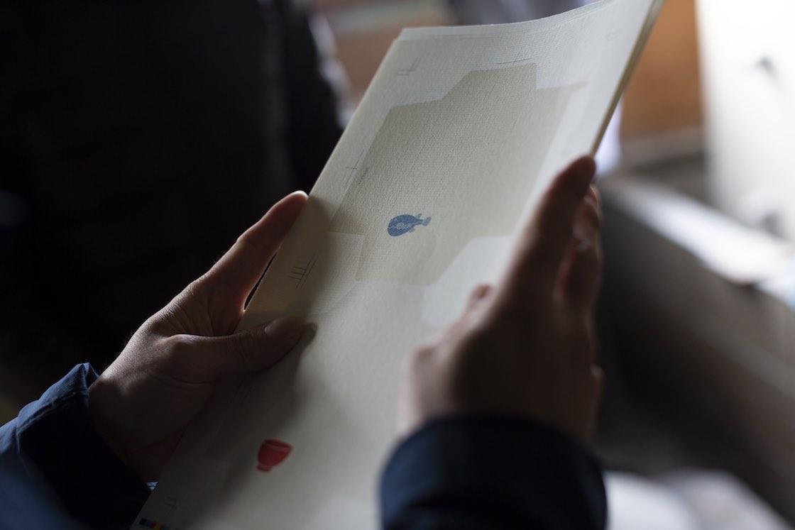 ポチ袋の紙は、中身が透けないよう少し厚みのある紙を選択。紙を漉いた時にできる漉目(すのめ)をあえて出し、和紙らしさを表現