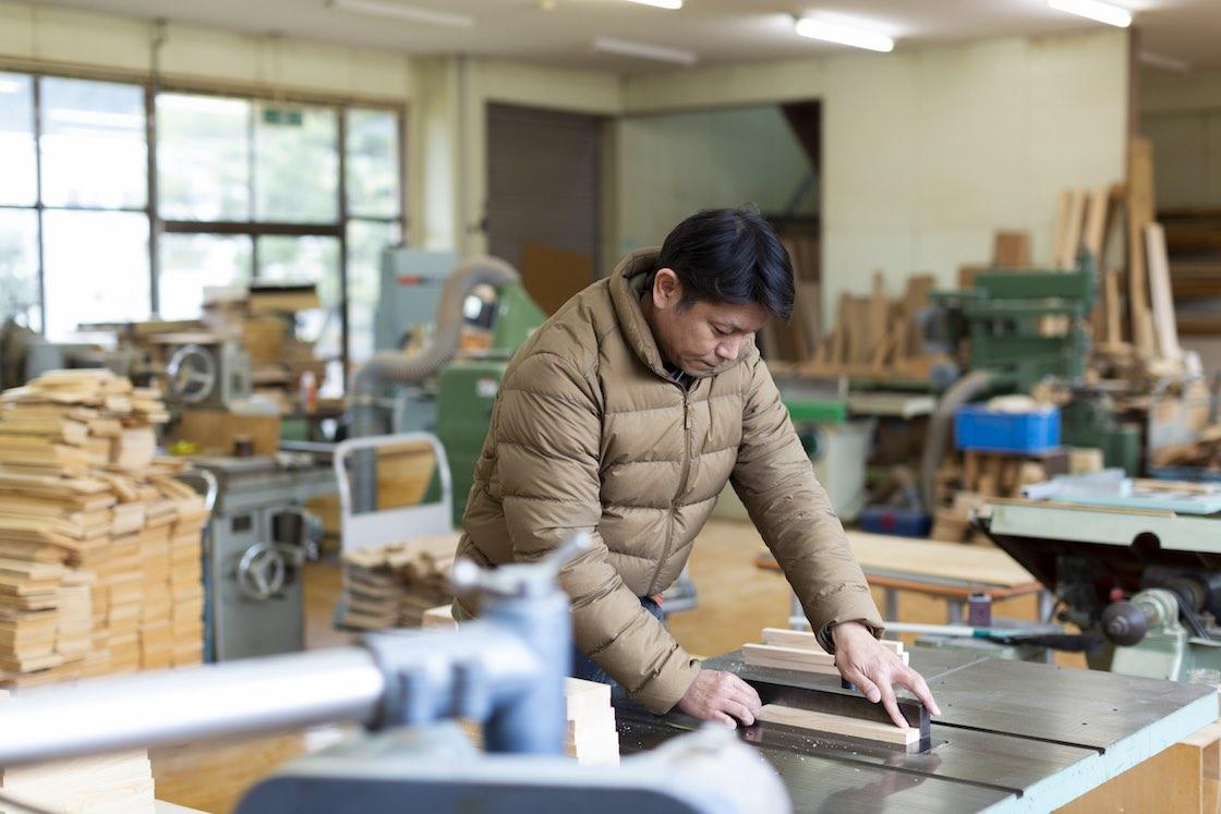 さまざまな木工用機械を駆使する井上さん