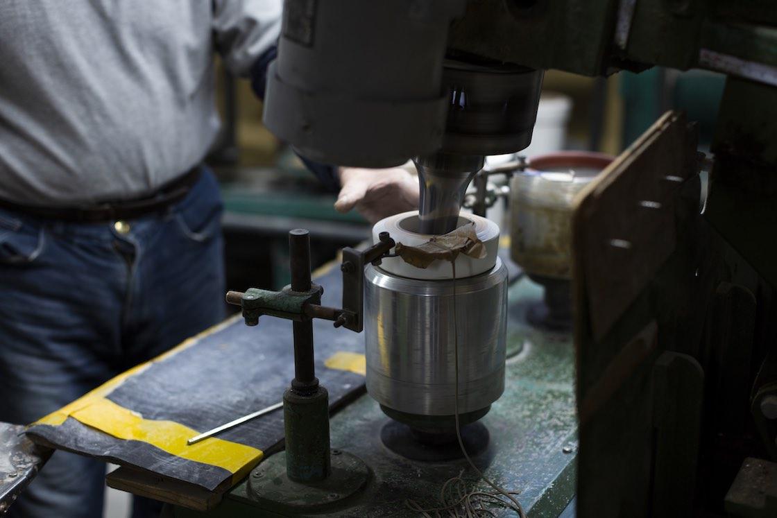 陶土を型に押しつけることで、余分な陶土が麺のように細長く出てきます
