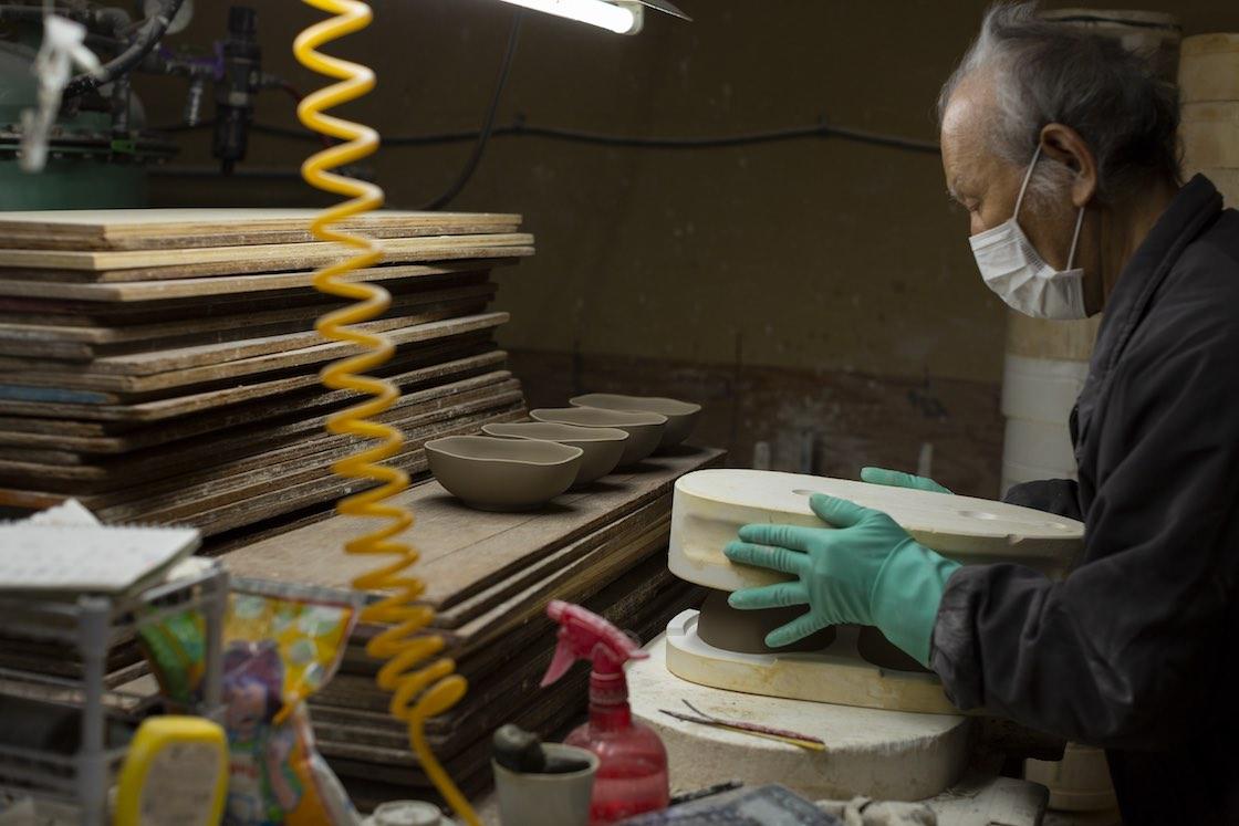 石膏型は上下にパカッと分かれる形が基本。凸と凹の対になっており、その隙間に泥漿を流し込みます