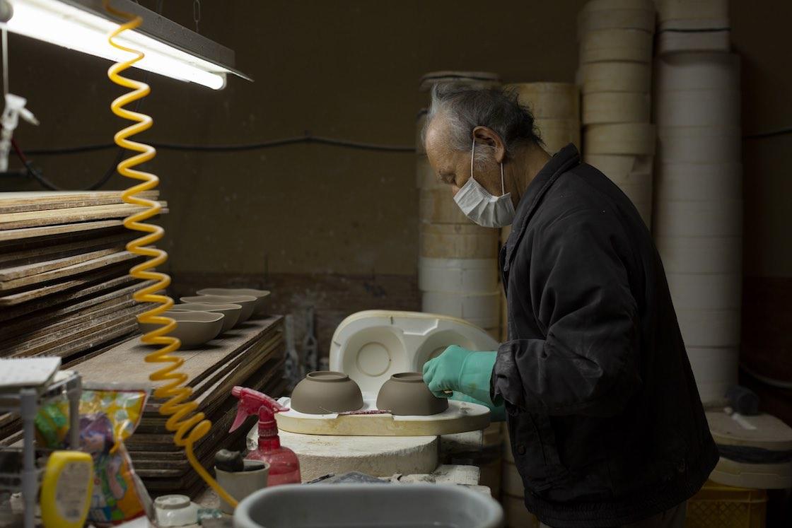 石膏には水分を吸収する働きがあり、流し込んで30分も経てば乾きます
