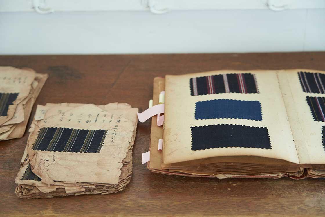 かつての織元が使っていた縞模様のデザイン帳