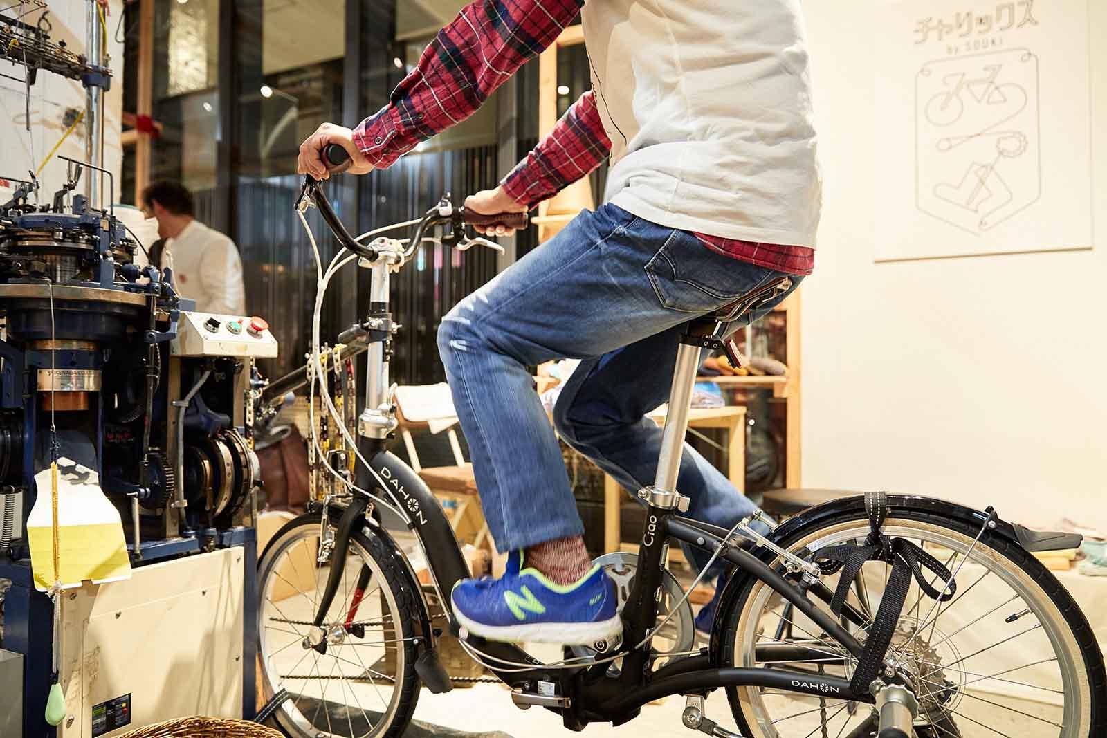 自転車をこぐと、お隣の機械が動き出しました!