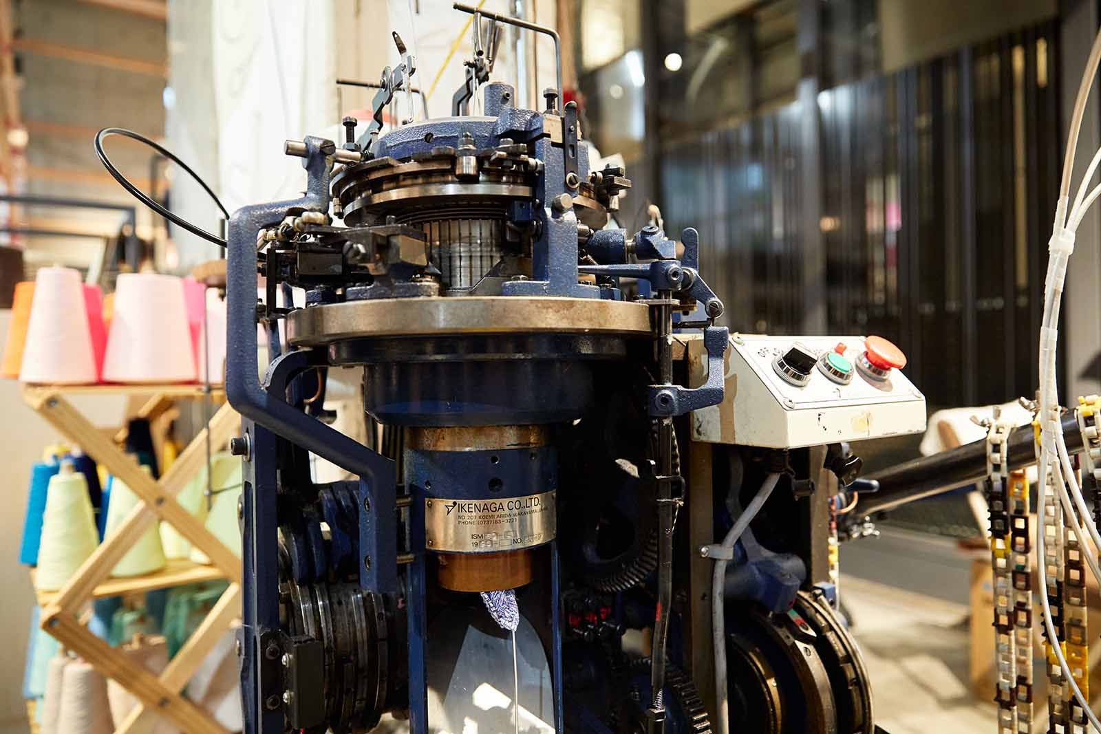 どうやら、こちらの機械が織り機。編まれた靴下が少し顔を出しています