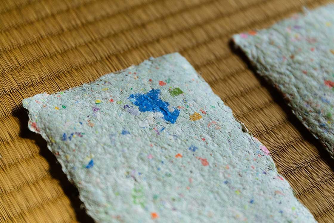 大小さまざまなサイズの、多彩な色合いの紙が混ぜ込まれている和紙