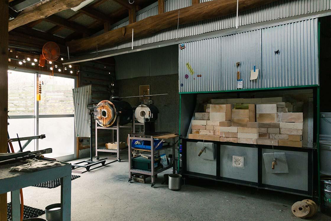かつて農機具置き場だった倉庫を改装したガラス工房内