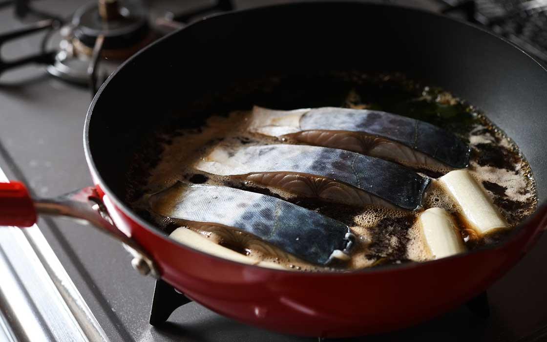 フライパンで鰆を煮る