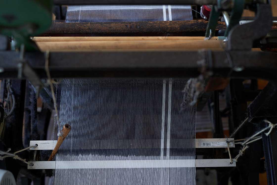 織っている最中の会津木綿の生地