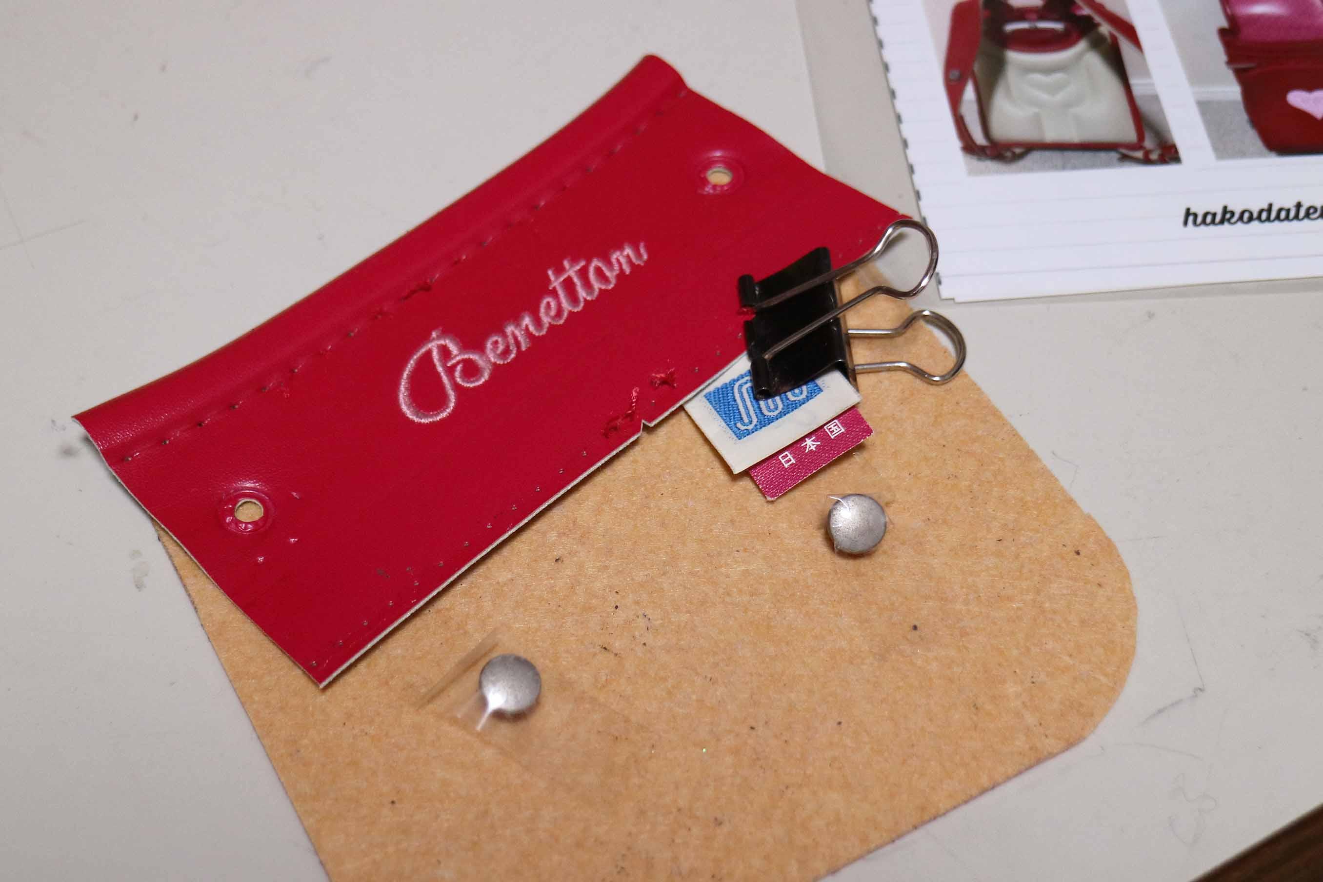 ランドセルに施された刺繍、さらにはポケットの中についていたラベルまで切り出します。ラベル!!