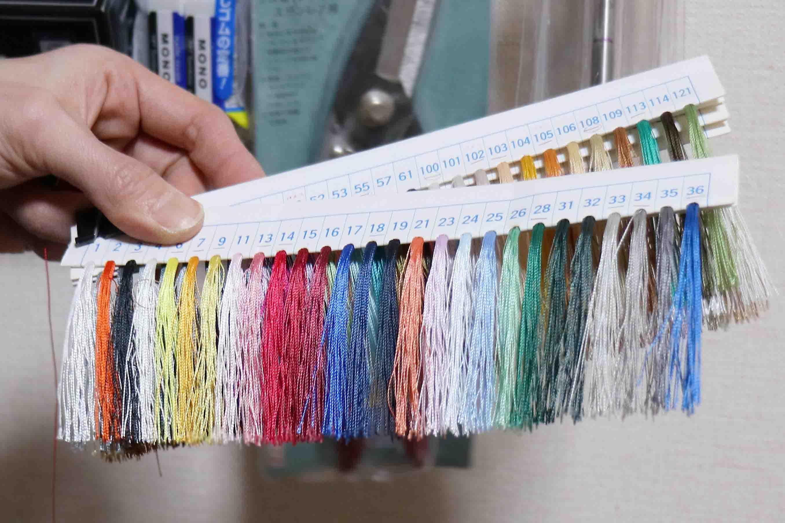 オリジナルに近づけるために、糸の色もより近いものを選ぶ。「同じ赤でも結構違うものなんです」と寺岡さん