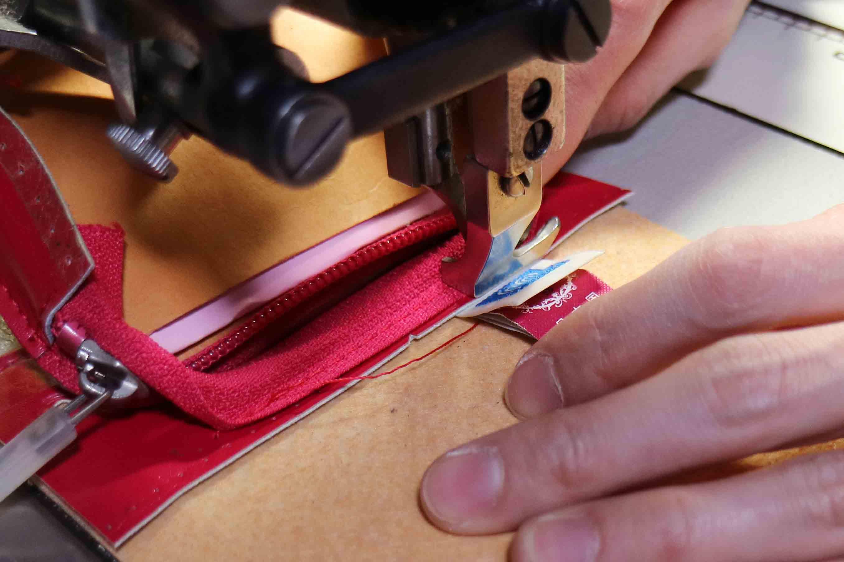 ポケットの内側に縫い合わされ、無事に元の位置に戻るラベル