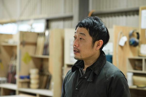 川上村に住む木工家具職人MoonRoundsの渡邉崇さん。「MoonRounds」には渡邉さんの大好きな月と自然のサイクルを大切にしたいという想いを込める