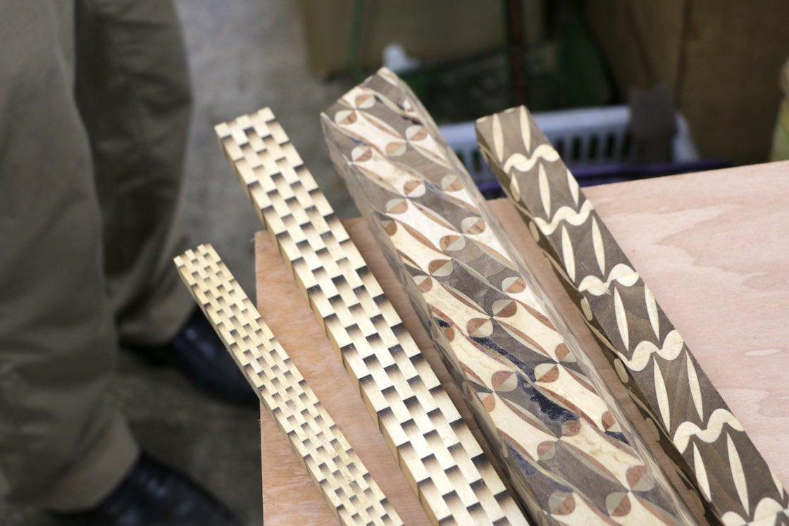 寄木細工で作られたブロックを削り出して、さらに模様のバリエーションを増やしていく。
