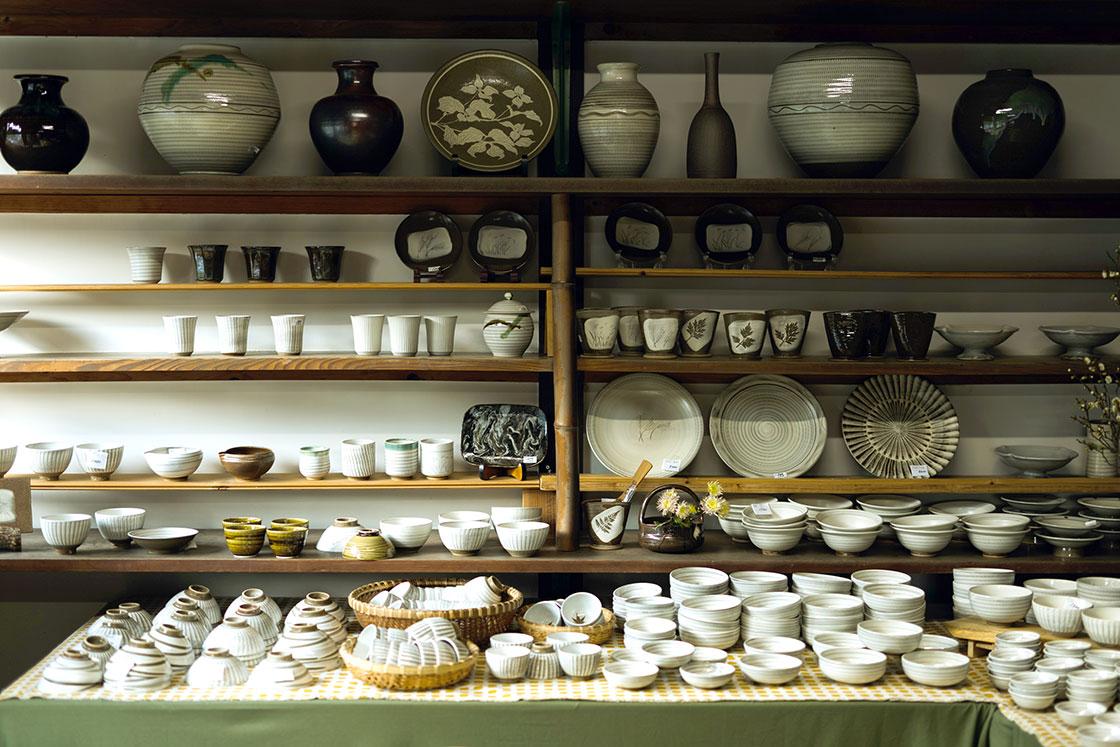 椀、平皿など様々な種類の小鹿田焼