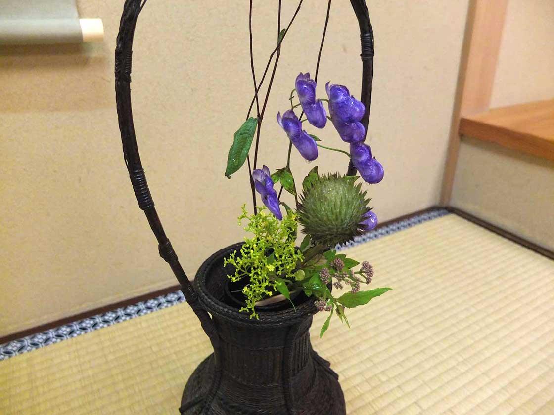 紫の花弁が凛と映えます 竹