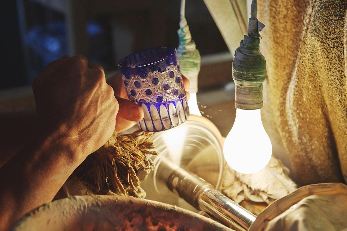 「磨き」の工程の様子。木盤や樹脂系パッドに水で溶かした研磨剤をつけて光沢を出す