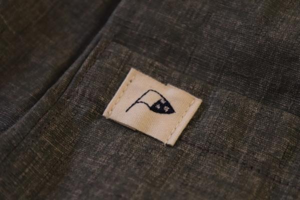 ポケットに縫い付けられた旗印のロゴマーク