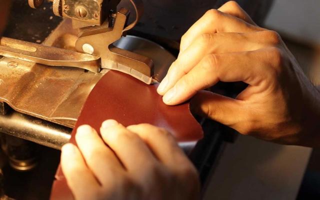 皮革で製品を作っている様子