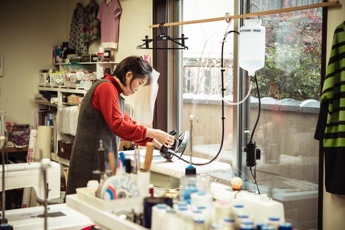 アイロンも丁寧に。何台ものミシンを使いこなしほつれないようにしっかりと縫い上げている