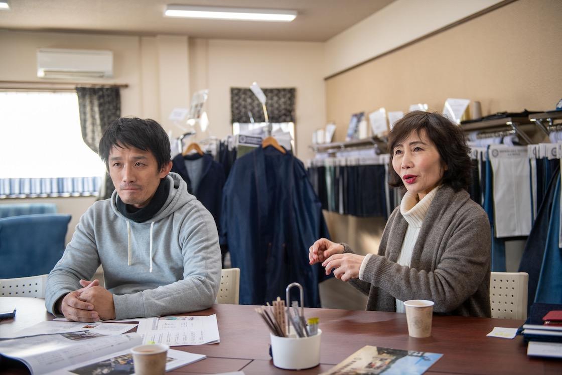 お話を伺った篠原テキスタイルの篠原さん親子。後ろにはデニム生地や製品が様々に並んでいま す