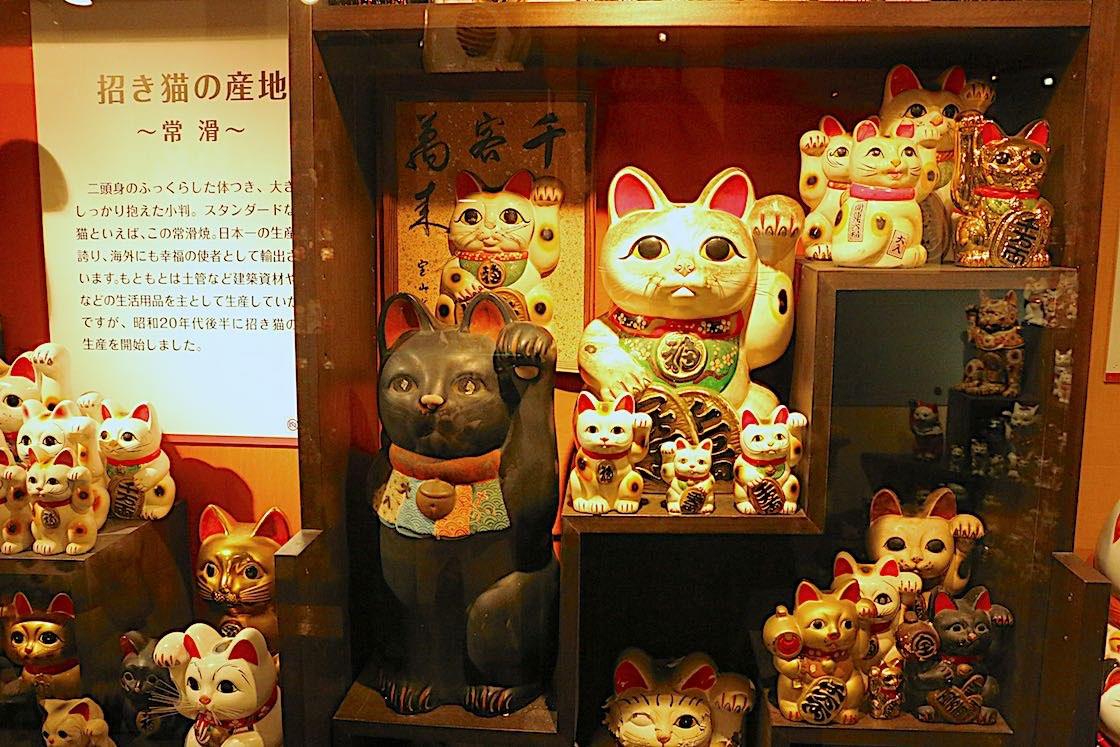 愛知県、常滑の招き猫
