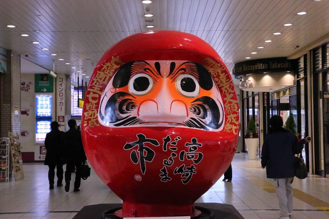 高崎駅に展示されている巨大だるま