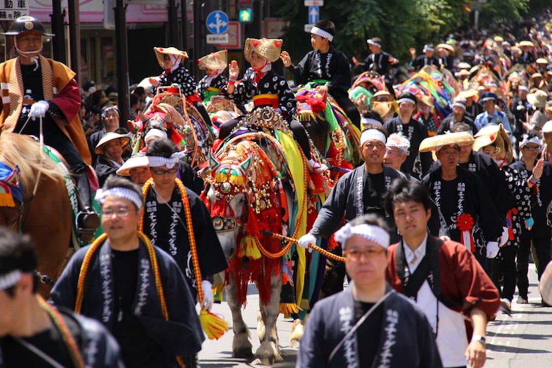 行進は着飾った馬を中心に、多くの人でにぎわう