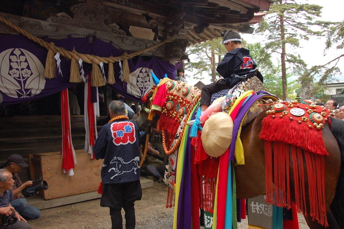 行列前には、馬の守り神に無病息災を祈る