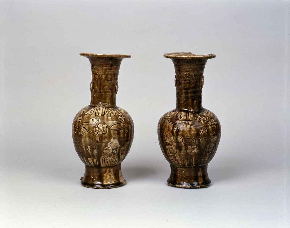 鉄釉仏花瓶(14世紀前期)