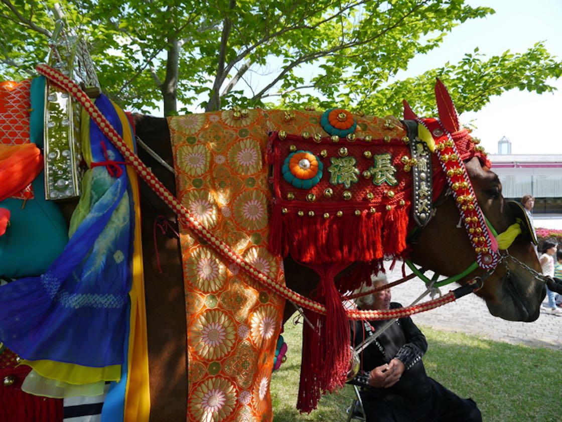 色鮮やかな装束や鈴で着飾られた馬