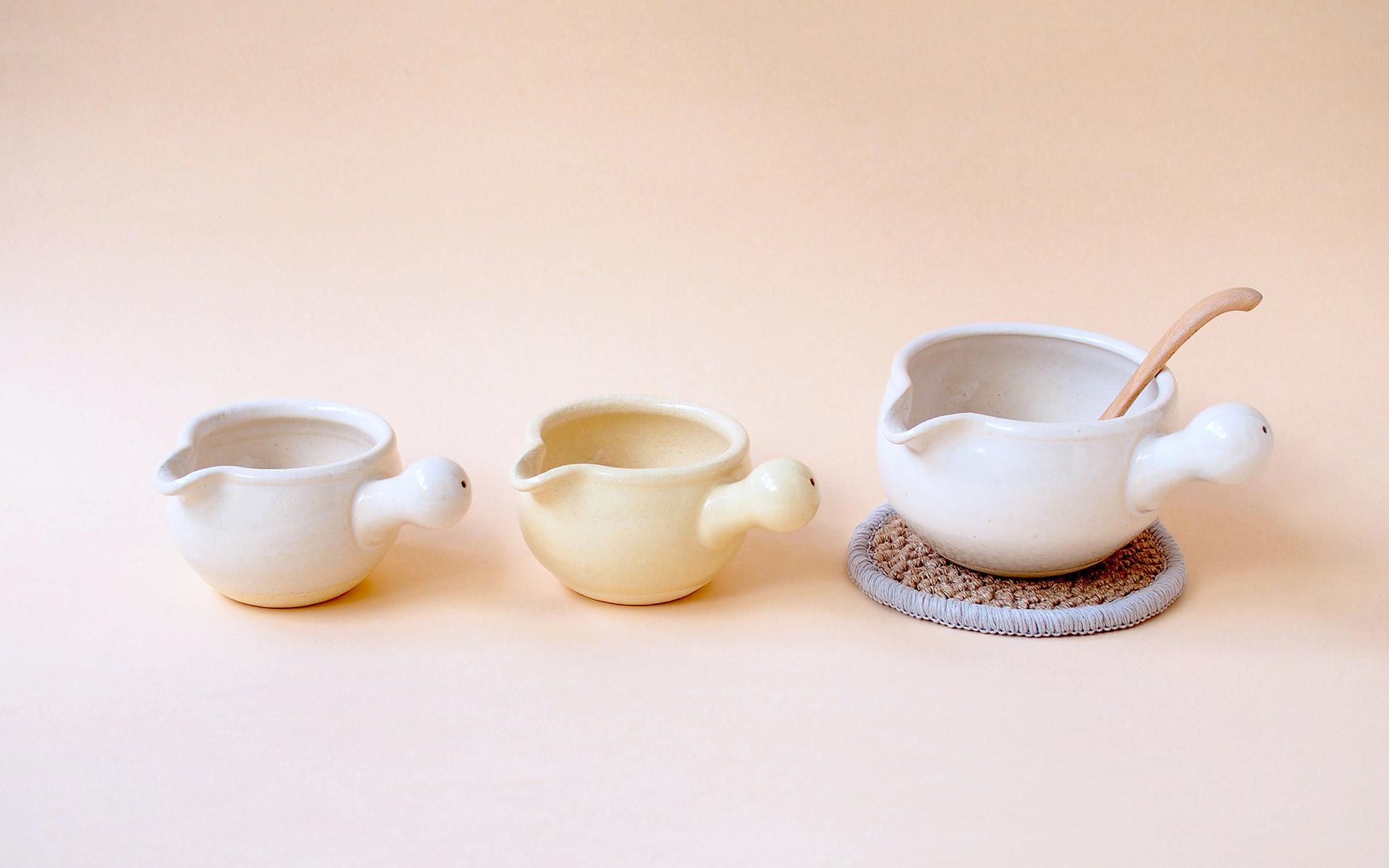 松山陶工場がつくる「あたため鍋」。おかゆを炊くのはもちろん、牛乳や豆乳、チャイなどをあたためるのに最適