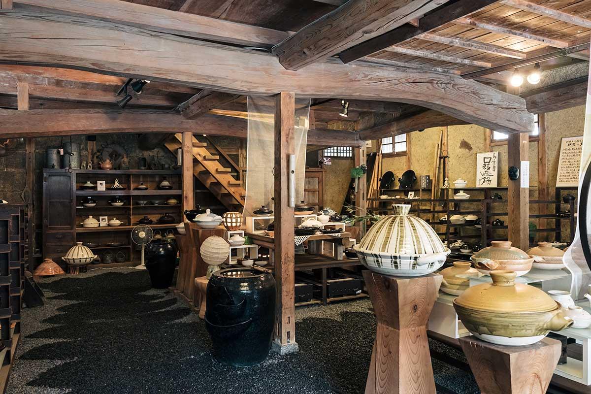 伊賀焼を代表するメーカー、長谷園さんの販売場