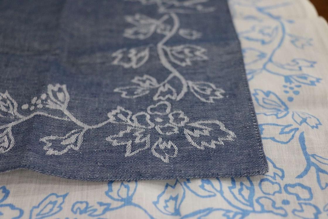 ジャカード織りと呼ばれる技法で作られた、播州織の美しいハンカチ