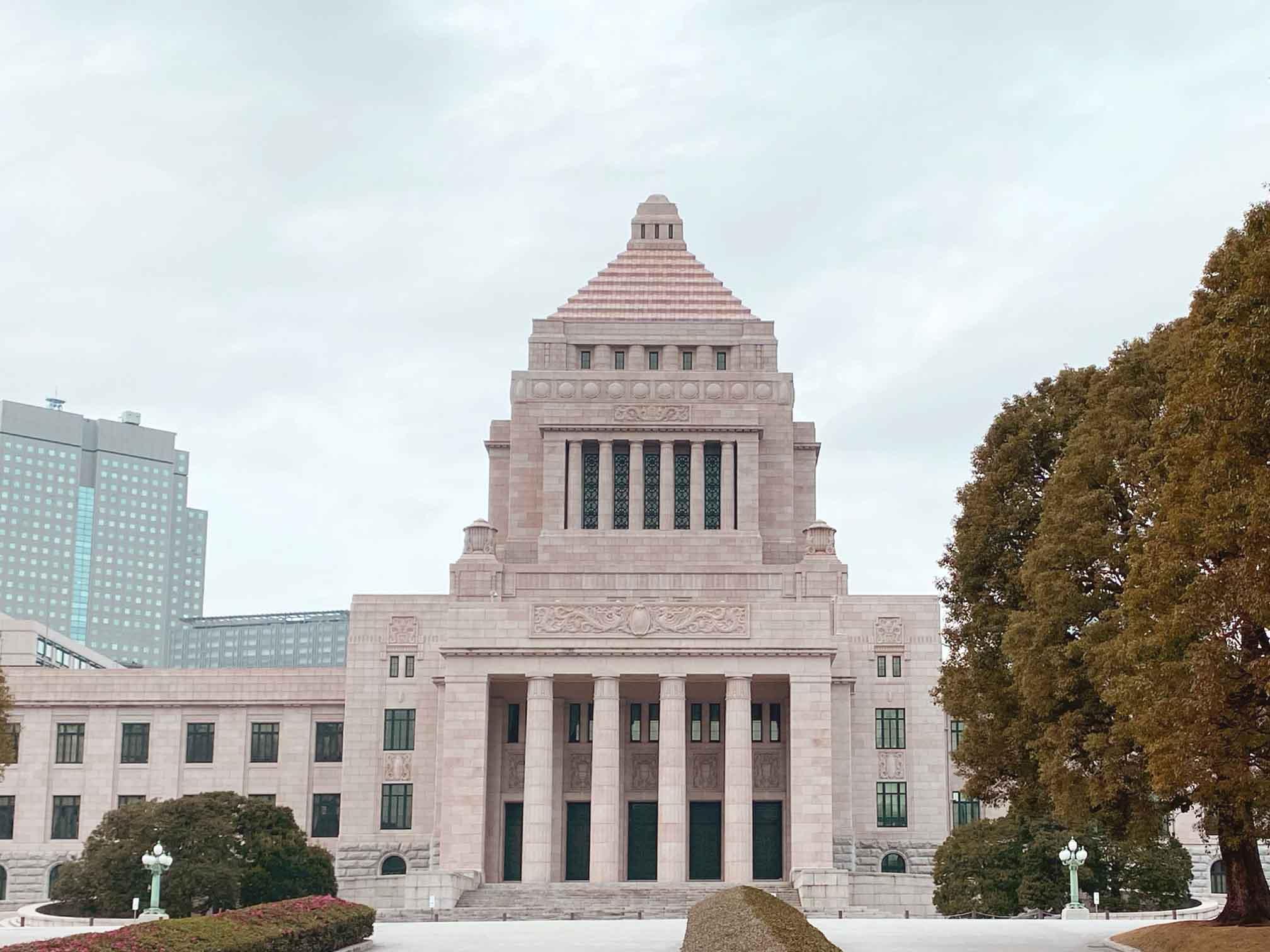 国会議事堂のピラミット状の屋根にも信楽焼のタイルが使われている