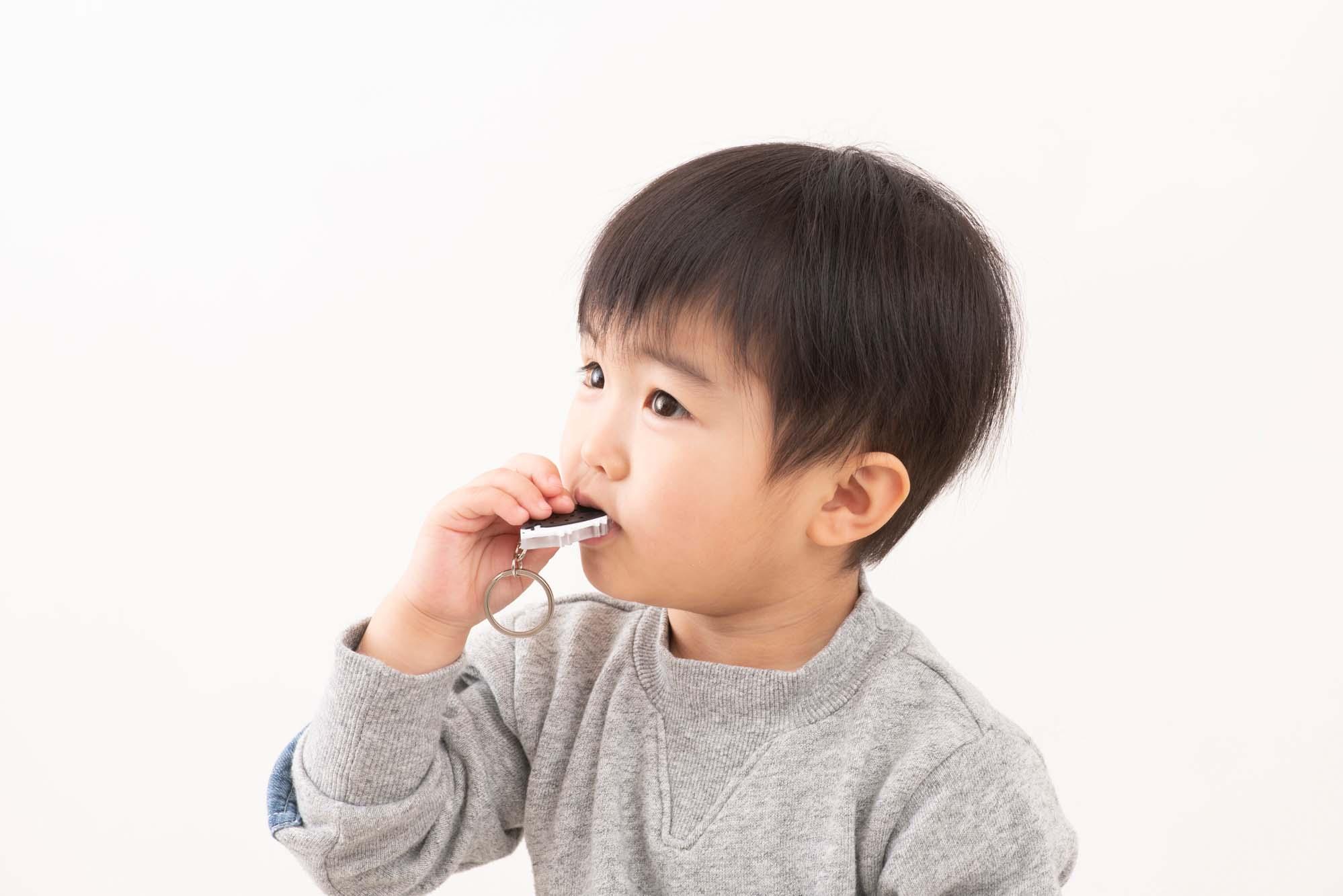 小さな子どもやお年寄りなど、肺活量の少ない人でも簡単に音が出せるよう、構造が工夫されています