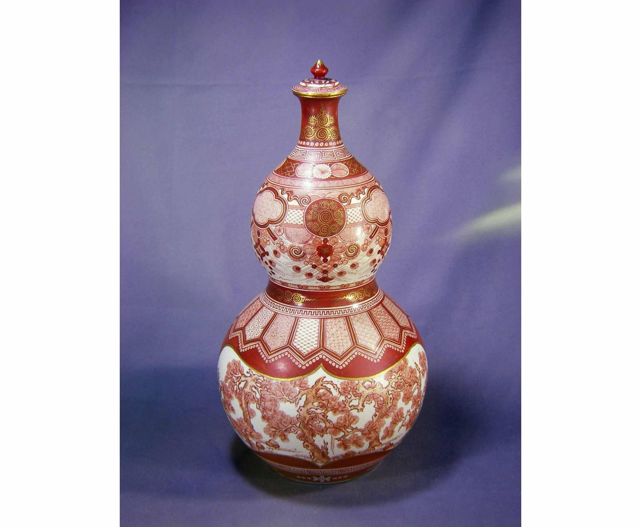 宮本屋窯 赤絵金彩松図瓢形大瓶 (石川県九谷焼美術館 蔵)